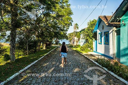 Vista de rua no distrito Enseada de Brito com a Baía Sul ao fundo  - Palhoça - Santa Catarina (SC) - Brasil