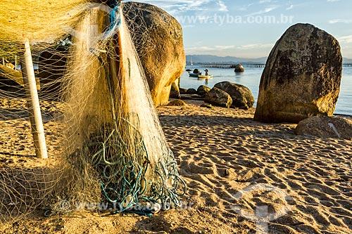 Rede de pesca secando ao sol na Praia de Santo Antônio de Lisboa  - Florianópolis - Santa Catarina (SC) - Brasil