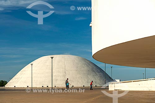 Detalhe do Museu de Arte Contemporânea (2006) - à direita - com o Palácio da Música Belkiss Spenzièri (2006) - parte do Centro Cultural Oscar Niemeyer - ao fundo  - Goiânia - Goiás (GO) - Brasil