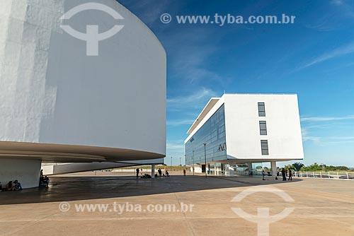 Detalhe do Museu de Arte Contemporânea (2006) - à esquerda - com a Biblioteca do Centro Cultural Oscar Niemeyer (2006) ao fundo  - Goiânia - Goiás (GO) - Brasil