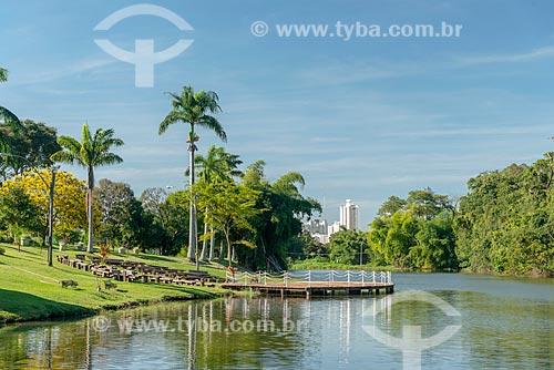 Vista de lago no Jardim Zoológico de Goiânia com prédios da cidade de Goiânia ao fundo  - Goiânia - Goiás (GO) - Brasil