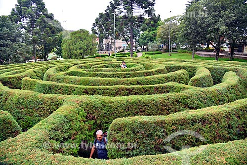 Pessoas no Labirinto Verde - escultura de jardinagem em forma de labirinto - na Praça das Flores  - Nova Petrópolis - Rio Grande do Sul (RS) - Brasil