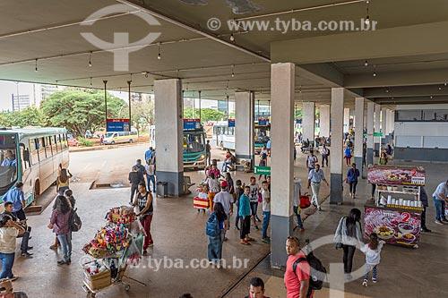 Passageiros na plataforma Rodoviária de Brasília  - Brasília - Distrito Federal (DF) - Brasil