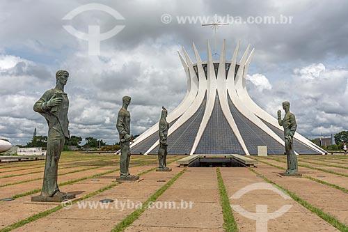 Esculturas Os Evangelistas com a Catedral Metropolitana de Nossa Senhora Aparecida (1958) - também conhecida como Catedral de Brasília  - Brasília - Distrito Federal (DF) - Brasil