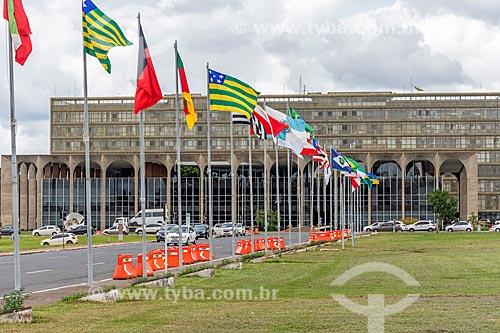 Bandeiras dos Estados hasteadas na Alameda dos Estados com o Palácio da Justiça (1963) - sede do Ministério da Justiça - ao fundo  - Brasília - Distrito Federal (DF) - Brasil
