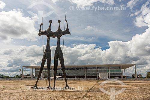 Escultura Os Guerreiros - também conhecida como Os Candangos - com o Supremo Tribunal Federal - sede do Poder Judiciário - ao fundo  - Brasília - Distrito Federal (DF) - Brasil