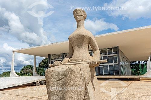 Detalhe da escultura A justiça com o Supremo Tribunal Federal - sede do Poder Judiciário  - Brasília - Distrito Federal (DF) - Brasil