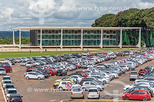 Estacionamento na Esplanada dos Ministérios com o Supremo Tribunal Federal - sede do Poder Judiciário - ao fundo  - Brasília - Distrito Federal (DF) - Brasil