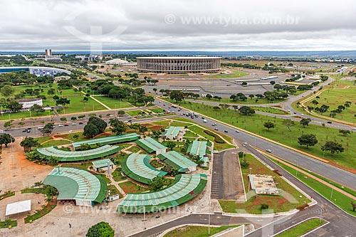 Vista da feira de artesanato da Torre de TV de Brasília a partir da Torre de TV de Brasília com o Estádio Nacional de Brasília Mané Garrincha (1974) ao fundo  - Brasília - Distrito Federal (DF) - Brasil