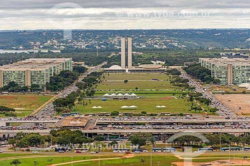 Vista do eixo monumental a partir da Torre de TV de Brasília com a Plataforma Rodoviária de Brasília, Esplanada dos Ministérios e o Congresso Nacional ao fundo  - Brasília - Distrito Federal (DF) - Brasil