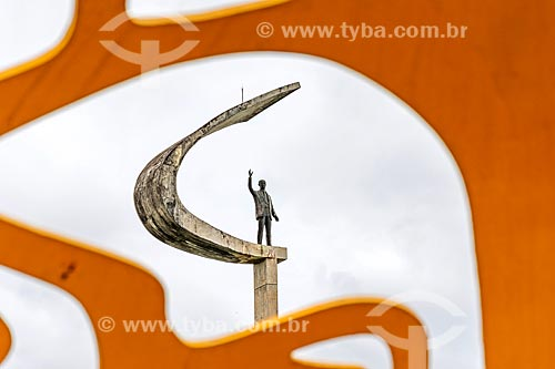 Vista de escultura do Memorial JK através de escultura esférica - em comemoração o centenário do Presidente Juscelino Kubitschek - no Jardim do Memorial JK  - Brasília - Distrito Federal (DF) - Brasil