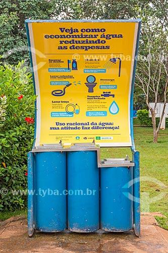 Bebedouros com campanha para o uso consciente da água no Parque da Cidade Dona Sarah Kubitschek - mais conhecido como Parque da Cidade  - Brasília - Distrito Federal (DF) - Brasil