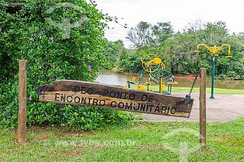 Placa que diz: Ponto de Encontro Comunitário na Academia ao ar livre no Parque da Cidade Dona Sarah Kubitschek - mais conhecido como Parque da Cidade  - Brasília - Distrito Federal (DF) - Brasil
