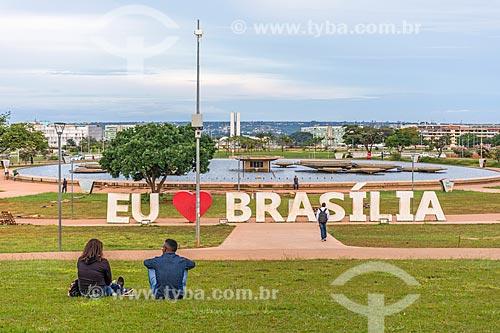 Detalhe de letreiro com os dizeres: Eu Amo Brasília no Jardim Burle Marx  - Brasília - Distrito Federal (DF) - Brasil