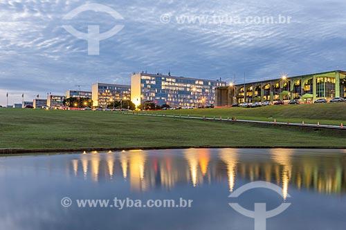 Vista da Esplanada dos Ministérios com o Palácio da Justiça - sede do Ministério da Justiça - à direita  - Brasília - Distrito Federal (DF) - Brasil