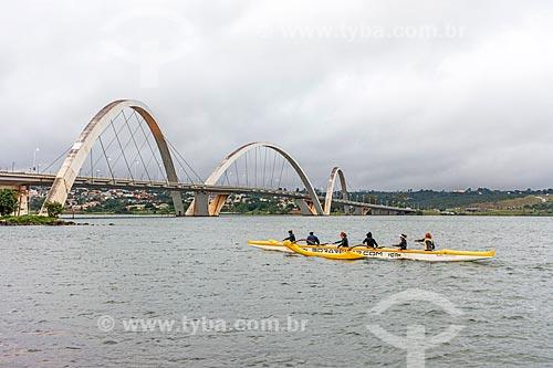 Praticante de canoagem no Lago Paranoá com a Ponte Juscelino Kubitschek (2002) ao fundo  - Brasília - Distrito Federal (DF) - Brasil