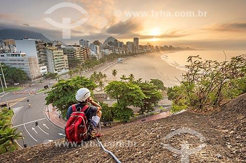 Vista do amanhecer na Praia do Leblon durante escalada no Parque Natural Municipal Penhasco Dois Irmãos   - Rio de Janeiro - Rio de Janeiro (RJ) - Brasil