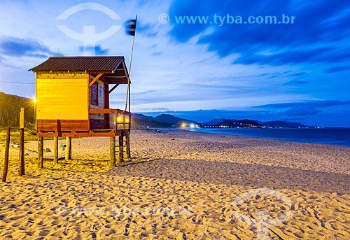 Guarita de salva-vidas na orla da Praia da Armação do Pântano do Sul  - Florianópolis - Santa Catarina (SC) - Brasil