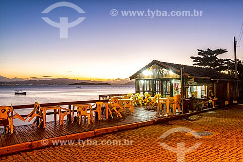 Píer de bar e restaurante na orla da Praia da Barra do Sambaqui durante o pôr do sol  - Florianópolis - Santa Catarina (SC) - Brasil
