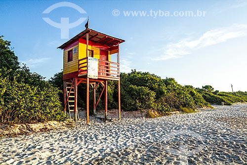 Guarita de salva-vidas na orla da Praia da Daniela  - Florianópolis - Santa Catarina (SC) - Brasil