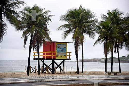 Vista de guarita de salva-vidas na orla da Praia de Copacabana  - Rio de Janeiro - Rio de Janeiro (RJ) - Brasil