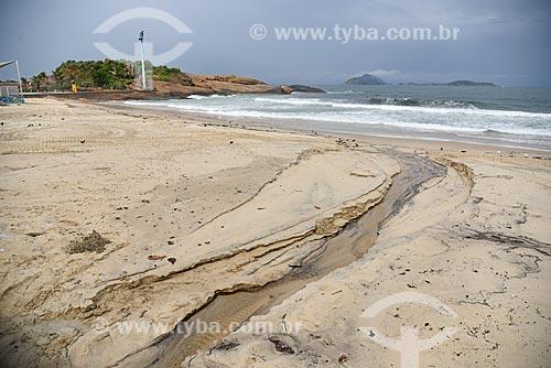 Língua negra na orla da Praia de Ipanema durante a chuva com a Pedra do Arpoador ao fundo  - Rio de Janeiro - Rio de Janeiro (RJ) - Brasil