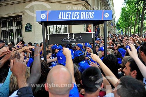 Torcedores franceses comprando camisas em apoio a Seleção Francesa  - Paris - Paris - França