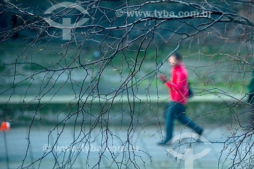 Galhos secos durante o inverno com homem andando ao fundo  - Londres - Grande Londres - Inglaterra