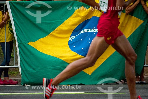 Detalhe de atleta durante a Maratona do Rio de Janeiro com Bandeira do Brasil ao fundo  - Rio de Janeiro - Rio de Janeiro (RJ) - Brasil