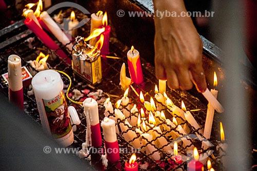 Devoto acendendo vela na Igreja São Gonçalo Garcia e São Jorge no dia de São Jorge  - Rio de Janeiro - Rio de Janeiro (RJ) - Brasil