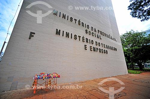 Vendedor ambulante de doces em frente à sede do Ministério do Previdência Social e Trabalho   - Brasília - Distrito Federal (DF) - Brasil
