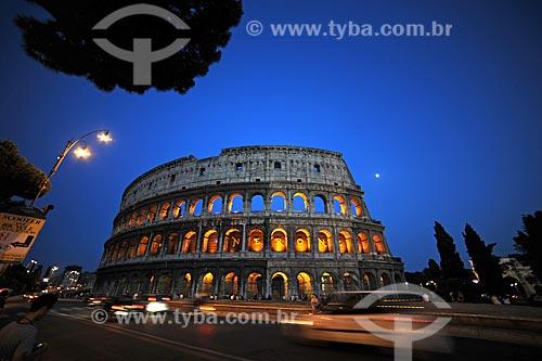Fachada do Coliseu - também conhecido como Anfiteatro Flaviano - à noite  - Roma - Província de Roma - Itália