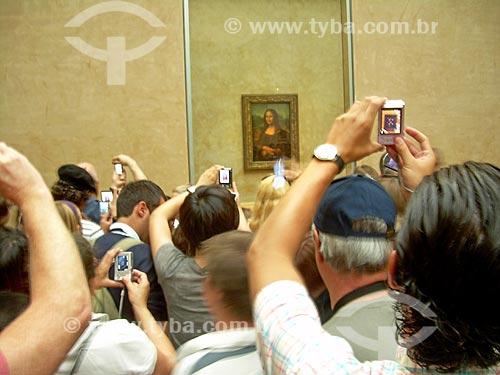 Pessoas fotografando o Quadro Mona Lisa - também conhecida como A Gioconda - de Leonardo da Vinci em exibição no Musée du Louvre (Museu do Louvre)  - Paris - Paris - França
