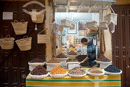 Cestas de palha e frutas cristalizadas à venda no mercado de Fez  - Fez - Província de Fez-Boulemane - Marrocos