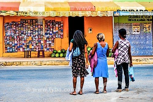 Mulheres em frente à lojas na cidade de Irecê  - Irecê - Bahia (BA) - Brasil