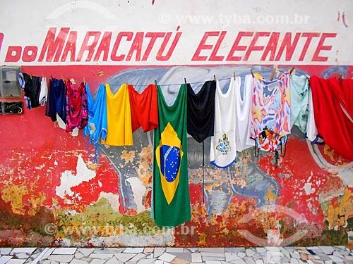 Detalhe de roupas e bandeira do Brasil no varal  - Recife - Pernambuco (PE) - Brasil