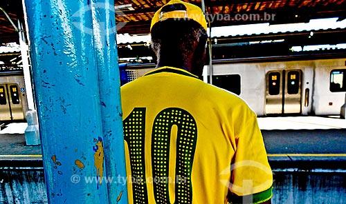Detalhe de homem com a camisa da Seleção Brasileira aguardando o trem na estação ferroviária  - Rio de Janeiro - Rio de Janeiro (RJ) - Brasil