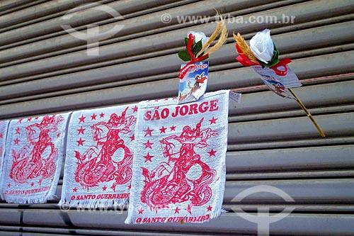 Toalha com desenho de São Jorge à venda próximo à Igreja São Gonçalo Garcia e São Jorge no dia de São Jorge  - Rio de Janeiro - Rio de Janeiro (RJ) - Brasil