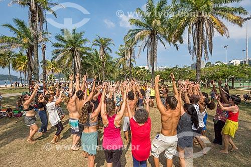 Pessoas dançando durante a aula aberta de dança africana no Aterro do Flamengo  - Rio de Janeiro - Rio de Janeiro (RJ) - Brasil