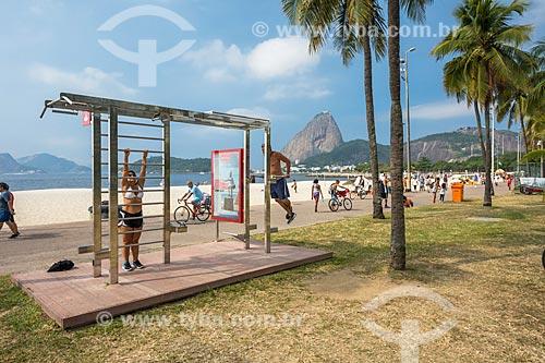Academia ao ar livre na orla da Praia do Flamengo com o Pão de Açúcar ao fundo  - Rio de Janeiro - Rio de Janeiro (RJ) - Brasil