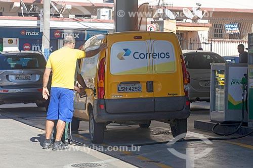 Carro dos Correios sendo abastecido durante crise de abastecimento de combustíveis devido à greve dos caminhoneiros  - Rio de Janeiro - Rio de Janeiro (RJ) - Brasil