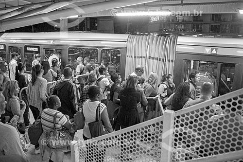 Fila de passageiros na Estação do BRT Transoeste - Estação Jardim Oceânico  - Rio de Janeiro - Rio de Janeiro (RJ) - Brasil