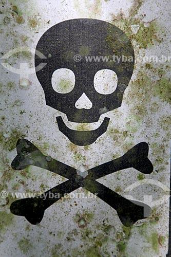 Detalhe de placa de aviso de perigo na Parque Nacional da Tijuca  - Rio de Janeiro - Rio de Janeiro (RJ) - Brasil