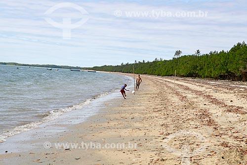 Crianças jogando futebol na orla da Praia de Barrinha  - Cajueiro da Praia - Piauí (PI) - Brasil