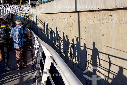Passageiros em passarela de acesso à estação do BRT Transolímpica - Estação Marechal Fontenelle  - Rio de Janeiro - Rio de Janeiro (RJ) - Brasil