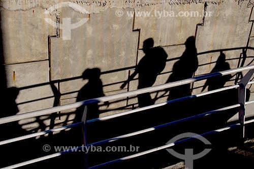 Sombra de passageiros em passarela de acesso à estação do BRT Transolímpica - Estação Marechal Fontenelle  - Rio de Janeiro - Rio de Janeiro (RJ) - Brasil