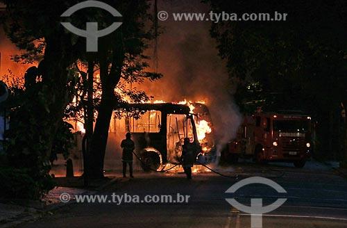 Ônibus da linha 409 pegando fogo  - Rio de Janeiro - Rio de Janeiro (RJ) - Brasil