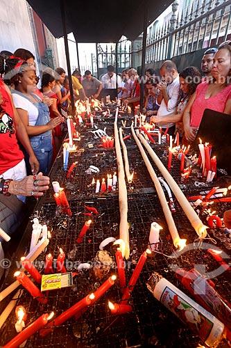 Devotos acendendo velas na Igreja São Gonçalo Garcia e São Jorge no Dia de São Jorge  - Rio de Janeiro - Rio de Janeiro (RJ) - Brasil