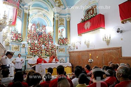 Fiéis no interior da Igreja São Gonçalo Garcia e São Jorge durante a missa no dia de São Jorge  - Rio de Janeiro - Rio de Janeiro (RJ) - Brasil