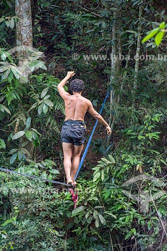Detalhe de praticante de slackline na Parque Nacional da Tijuca próximo à Cachoeira do Box no Horto  - Rio de Janeiro - Rio de Janeiro (RJ) - Brasil